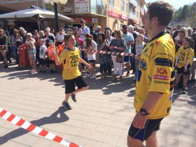 #84 Fryklund välkomnar U12´s Noel Siggstedt i mål.